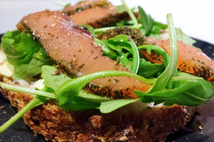 Tartine de saumon mariné et roquette