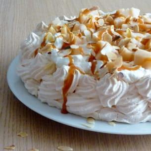 pavlova aux poires et sauce caramel au beurre salé