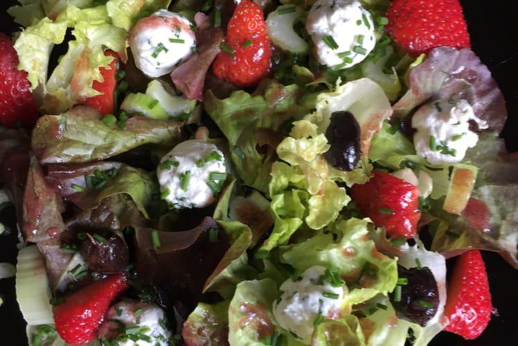 Salade aux fraises, céleri et fromage de chèvre