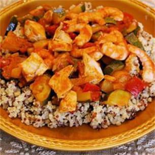 poêlée aux légumes fondants, quinoa et crevettes.