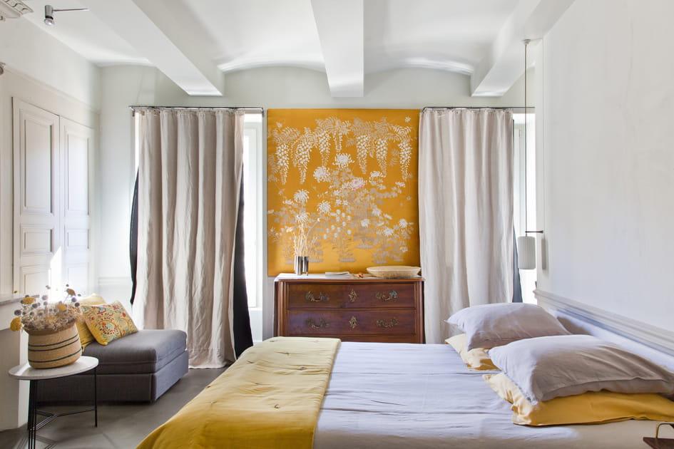 Une chambre ponctuée de jaune