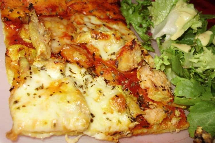 Pizza au poulet mariné, mozzarella, comté et basilic