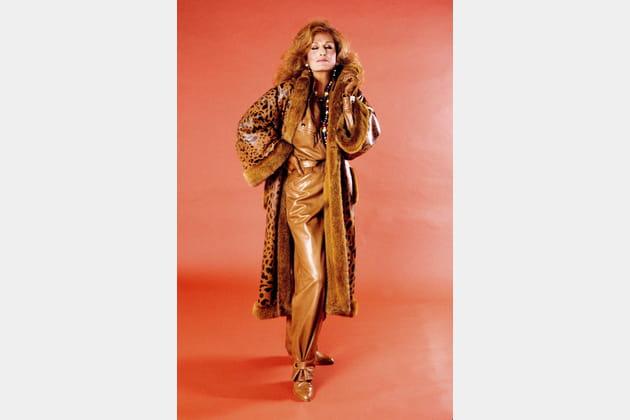 NON... au manteau en fourure et cuir vernis imprimé léopard