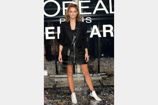 Caroline Receveur en mini jupe cuir Isabel Marant