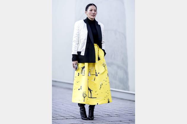 Street style à Paris : la jupe XXL et le jaune en hiver