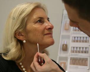 Les taches de pigment sur la personne après les couches de la raison et le traitement