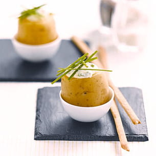 pommes de terre à la coque, crème de ciboulette et gressins