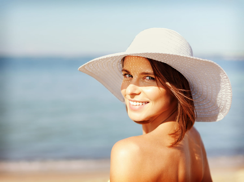 Protéger ses cheveux du soleil: conseils, soins et astuces naturelles