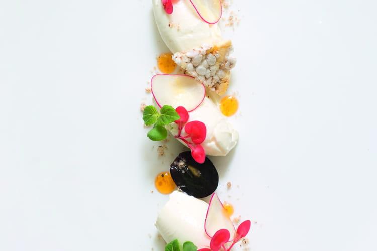 Fromage fondu aux herbes, raisin noir, radis rose, poudre de noisette