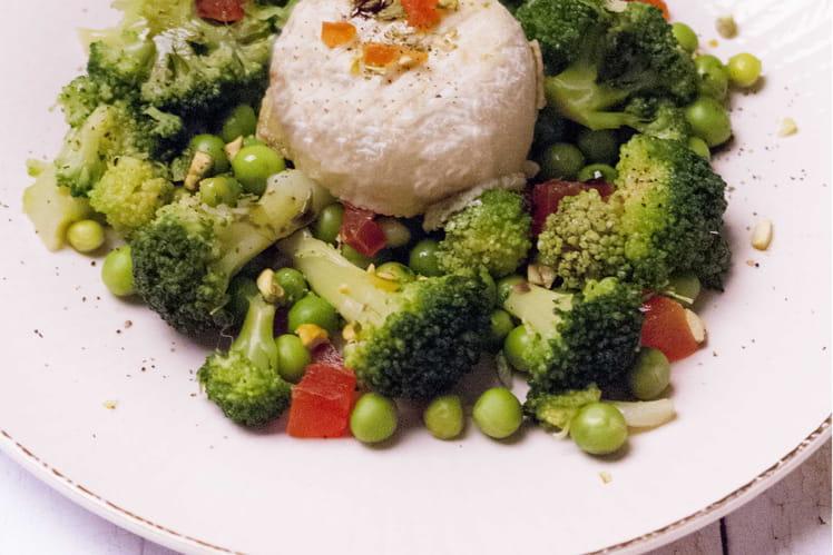 Salade de brocolis, petit pois, papaye confite et crottin de Chavignol
