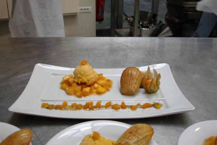 Confit de fruits jaunes au miel, sorbet pêche et madeleines