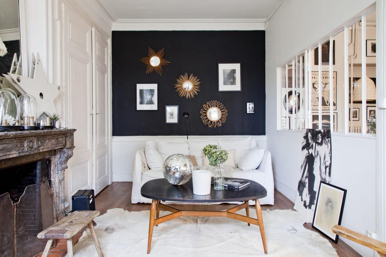salon blanc au mur noir. Black Bedroom Furniture Sets. Home Design Ideas