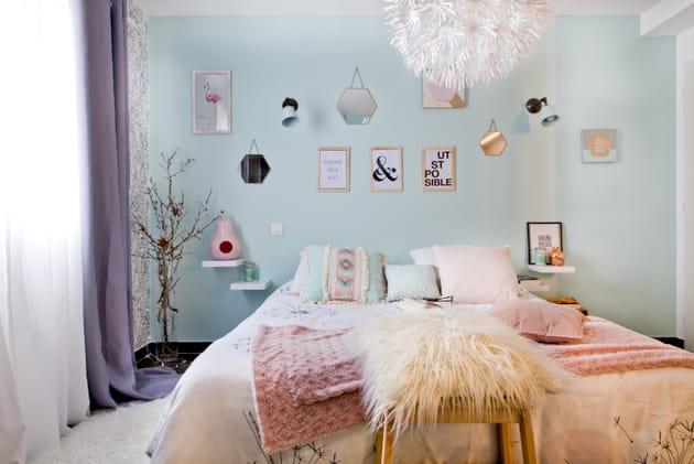 Une tête de lit avec des cadres