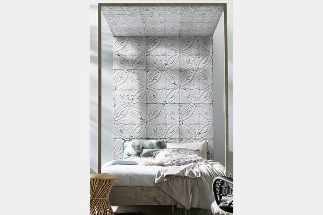 Un lit à baldaquin tapissé