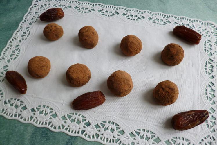 Truffes 100% crues cacao caroube aux dattes et au chia