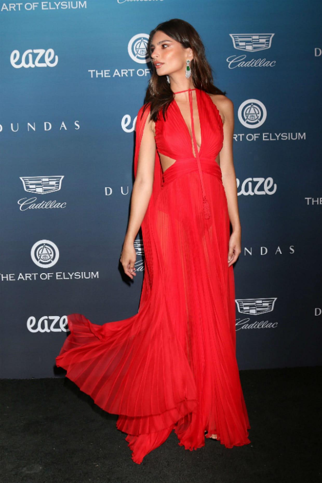 top   emily ratajkowski en robe rouge dundas