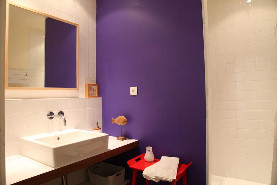 Salle d 39 eau profonde salle de bains petite mais pleine d 39 id es journal des femmes for Petite baignoire profonde