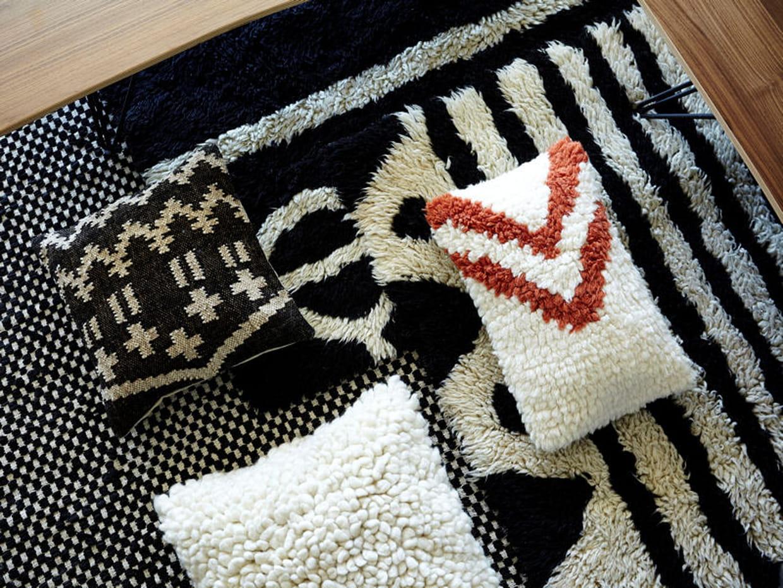coussins moelleux. Black Bedroom Furniture Sets. Home Design Ideas