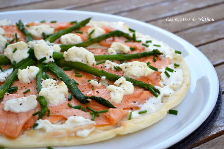 Pizza à la ricotta, saumon fumé et asperges vertes