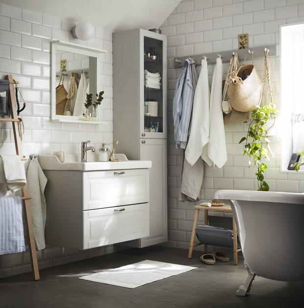 Une salle de bains blanche