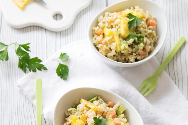 Salade de riz, saumon, avocat et ananas