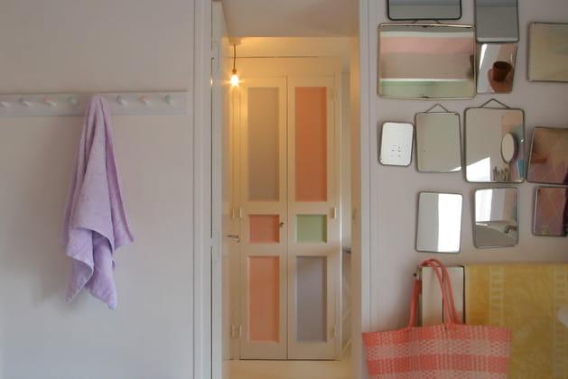Une porte blanche et pastel
