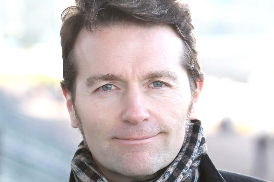 Speaker du Grand Prix d'Amérique, Laurent Bruneteaunous fait vivre la course de vive voix
