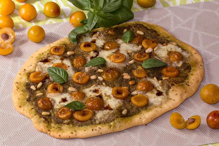 Pizza aux mirabelles, pesto, burrata, vinaigre balsamique