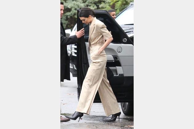 Kendall Jenner en combinaison couleur sable