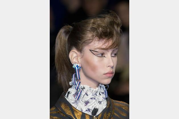Les boucles d'oreilles effet ruban du défilé Kenzo