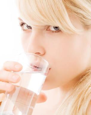 'une hydratation régulièrefavorise lafermeté de la peau.'
