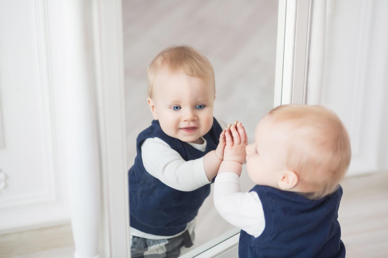 Stade du miroir: à quel âge bébé se reconnaît-il?