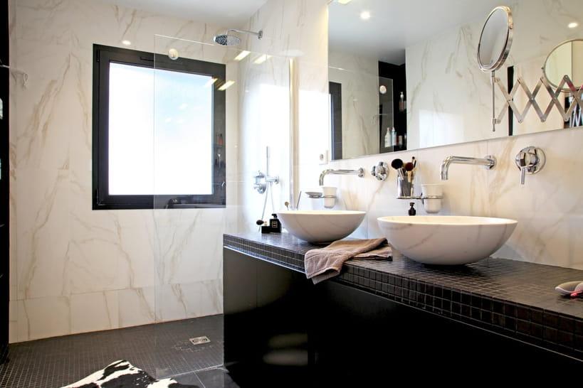 une salle de bains noire et blanche