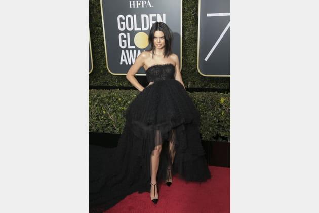 Kendall Jenner en robe bustier noire et jupon en cascade