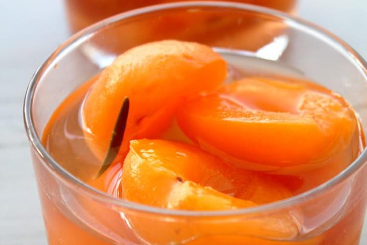 Abricots pochés au miel et romarin