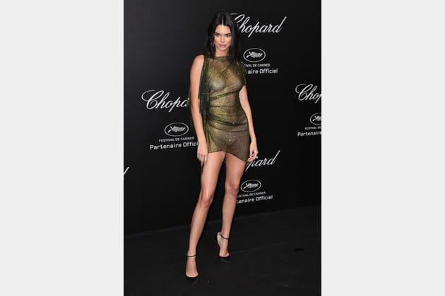 Kendall Jenner en robe en mesh scintillante kaki