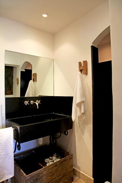 Une salle de bains à taille réduite