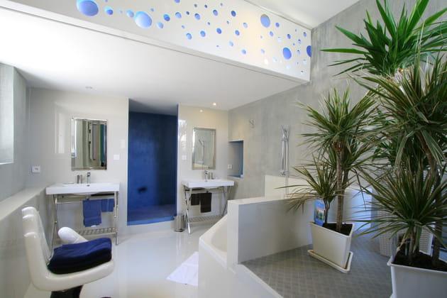 une salle de bains futuriste. Black Bedroom Furniture Sets. Home Design Ideas