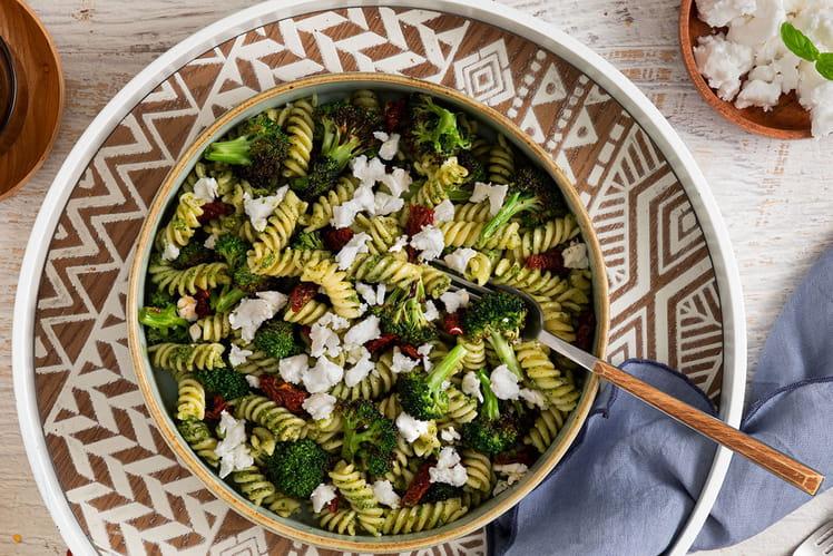 Salade de pâtes aux brocolis rôtis et Violife