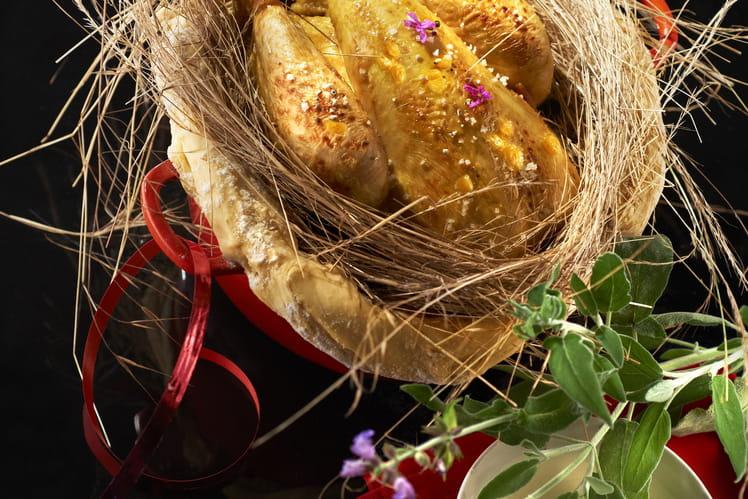 Chapon Pleine Saveur en cocotte lutté au foin et épi de maïs en papillote au beurre frais, sauce au lait à la sauge