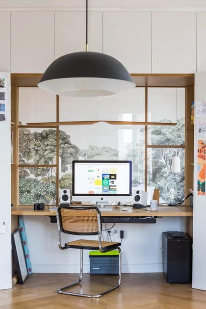 Une cloison verrière en bois entre bureau et chambre