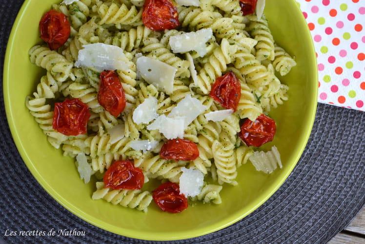 Pâtes spirelli au pesto de ciboulette basilic, tomates cerise confites et parmesan