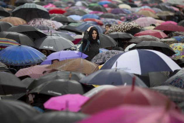 Nuée de parapluies sur la place de Mai, à Buenos Aires