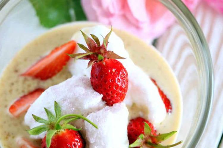 Crème anglaise végétale aux fraises façon île flottante