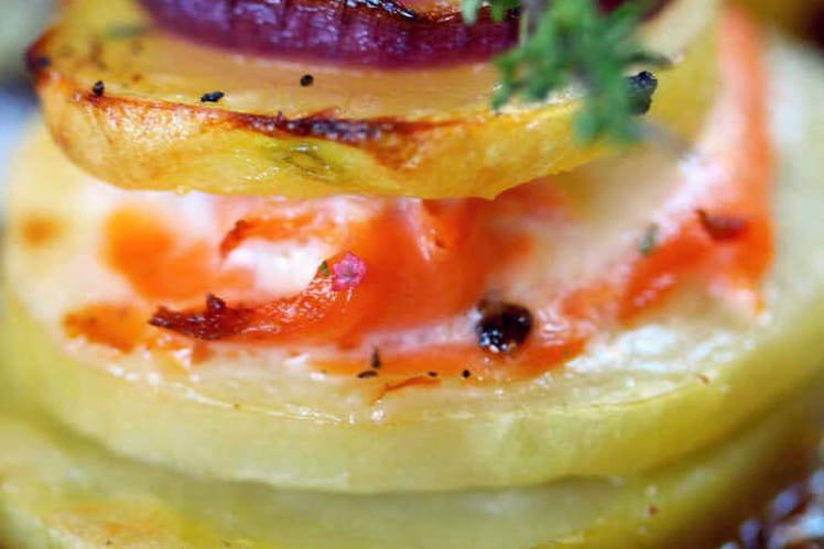 Mille feuilles de pommes de terre, truite fumée et oignons rouges caramélisés au miel de thym