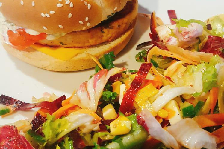 Hamburger saumon à la ciboulette et sa salade colorée
