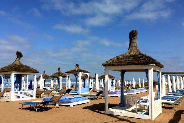 Bain de soleil sur la plage de l'hôtel