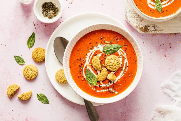 Soupe crémeuse aux poivrons rôtis et sablés thym/romarin
