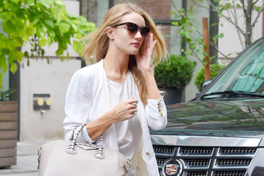 Le look people du jour : Rosie Huntington-Whiteley, affirmée