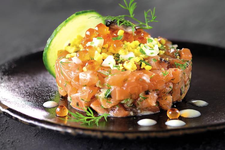 Tartare de saumon aux huîtres et aux algues, arrosé d'un gaspacho de concombre